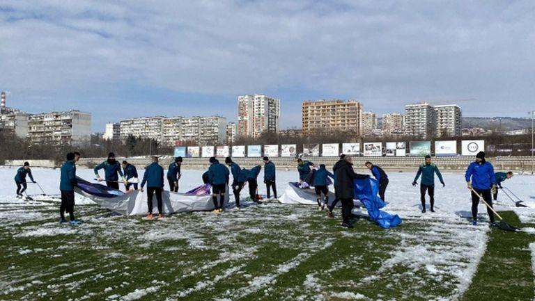Футболисти и треньори на Черно море ринаха сняг