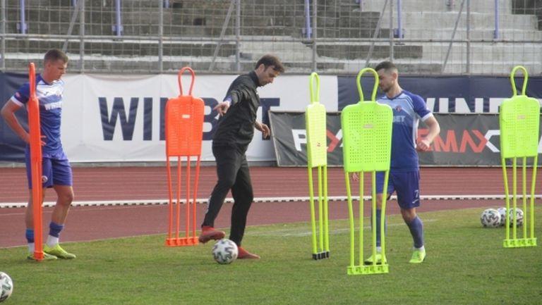 Димитър Бербатов води тренировка на Етър (снимки)