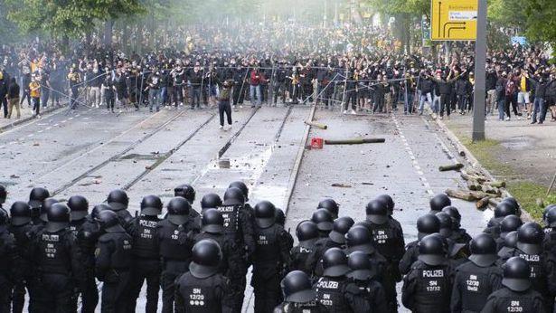 Феновете на Динамо (Дрезден) раниха 185 полицаи след влизането на тима във Втора Бундеслига