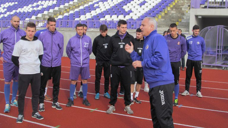 Етър стартира с 21 футболисти, чакат Милен Василев