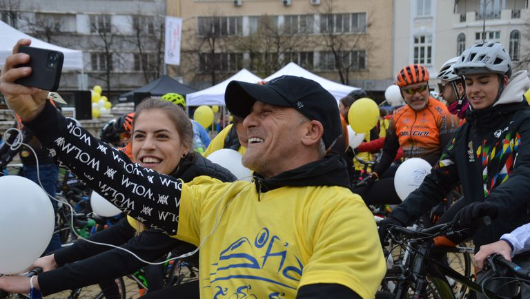 "Спортни знаменитости поведоха Велошествие ""За по-чист въздух"" в София"