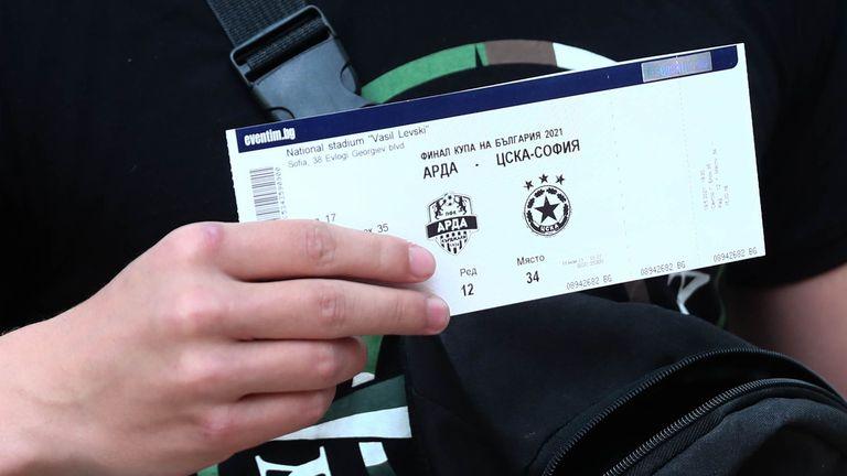 """Опашка за билети на """"Армията"""""""