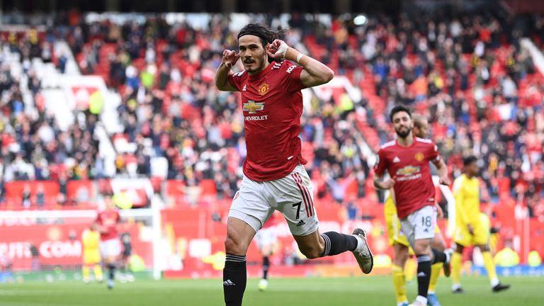 Шедьовър на Кавани не стигна на Юнайтед за първа победа пред феновете си