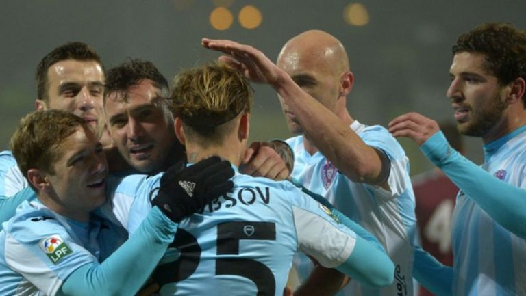 Манолов резерва при победа на Таргу Муреш, Генев с жълт картон срещу Динамо (Б)