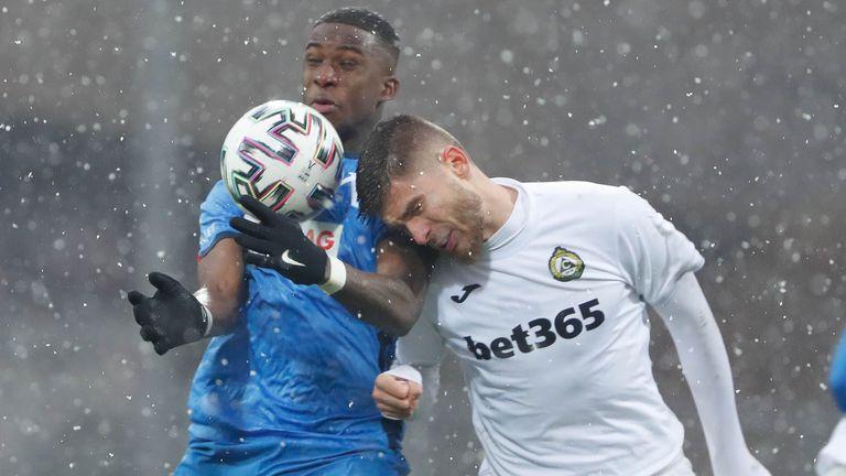 """Робърта измъкна Левски срещу Славия в снежната буря на """"Герена"""" (видео)"""