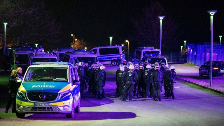 Футболист на Шалке: Феновете ни удряха, a полицаите стояха отстрани