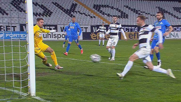 Кристиан Илич прониза Микулич отблизо, Локомотив Пловдив е вече с едни гърди пред Левски
