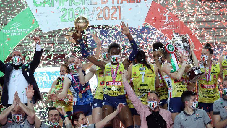 Конеляно триумфира с титлата на Италия след 63 поредни победи! Егону заби 35 точки (видео + снимки)