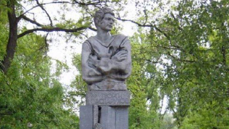 Левски поднася цветя пред паметника на Гунди