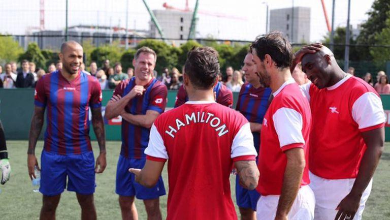 Хамилтън играе футбол с легенди на Арсенал (Видео)
