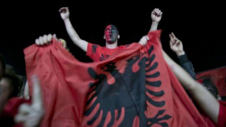 Празненства в Прищина след прекратения мач (видео)