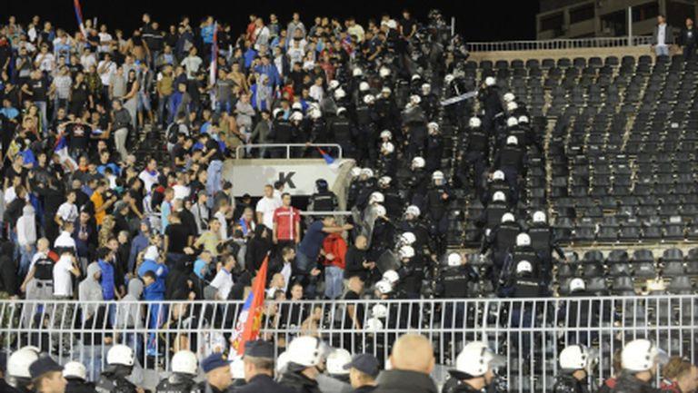 """Видео от баталните сцени в Белград: боят между футболистите, намесата на полицията и появата на """"мъжа в черно"""""""
