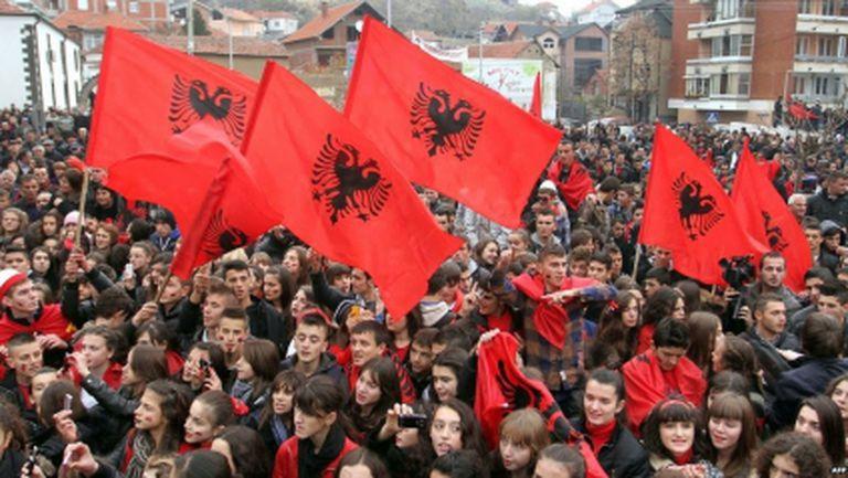 Гневни албанци обградиха сръбското посолство в Тирана