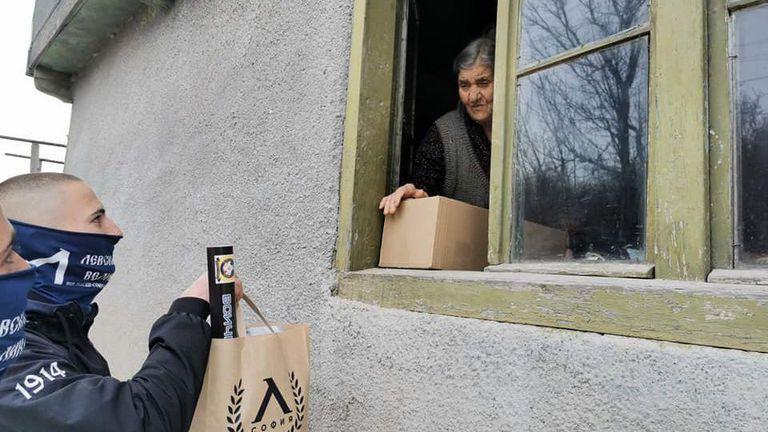 Фенове на Левски зарадваха възрастни хора преди Великден