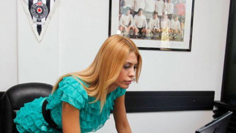 Братът на секси шефка на Партизан уреди трансфер