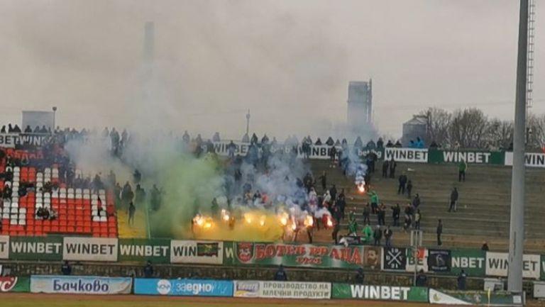 Феновете на Ботев отново запалиха факли срещу Левски