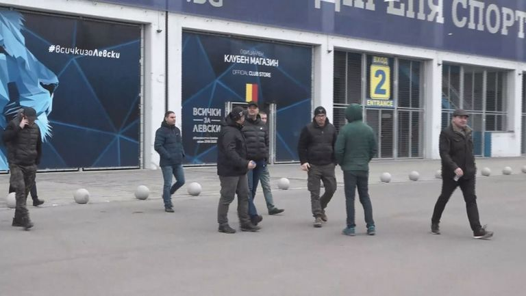"""Феновете на Левски си тръгнаха след срещата с Божков, ръководството на """"сините"""" остана безмълвно"""