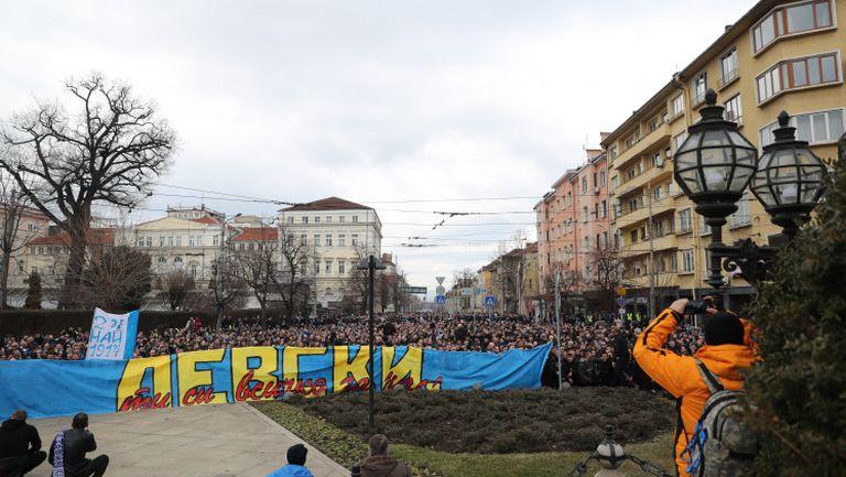 Феновете на Левски се поклониха пред паметника на Апостола