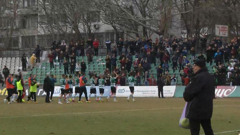Футболистите на Черно море отпразнуваха точката срещу Левски със своите фенове