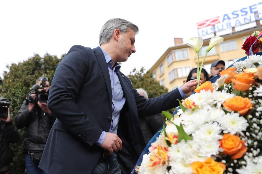 ПФК Левски поднася венци на паметника на Васил Левски