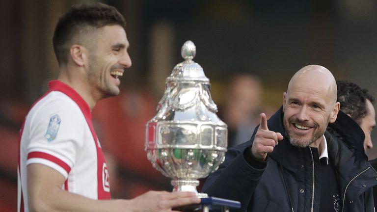 Аякс разтопи шампионската си купа, за да зарадва най-верните си фенове