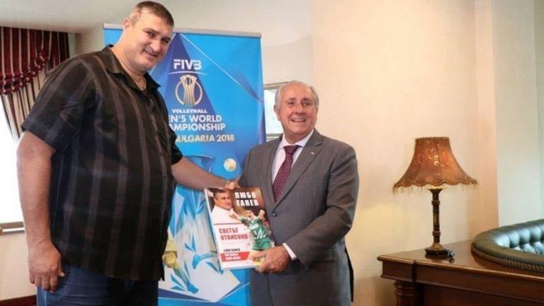 Световният волейбол ръкопляска на Любо Ганев