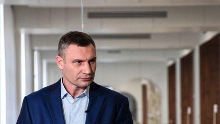 Виталий Кличко тренира в кабинета си (видео)
