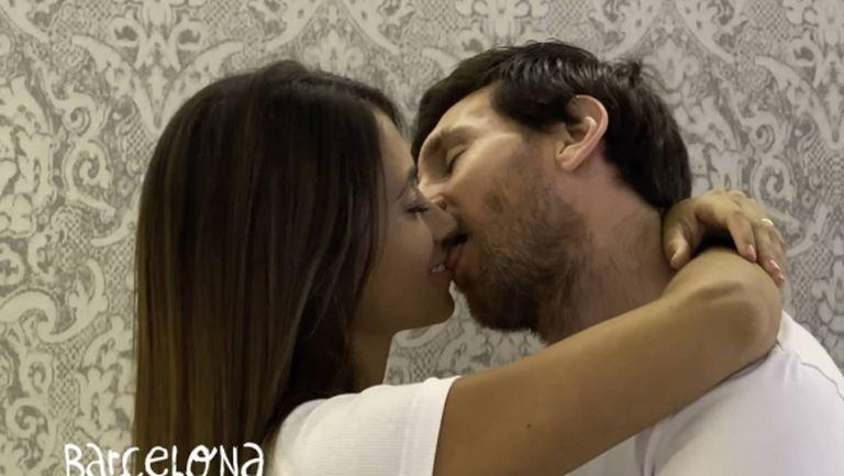 """Меси и любимата му се """"награбиха"""" за страстна целувка (видео)"""